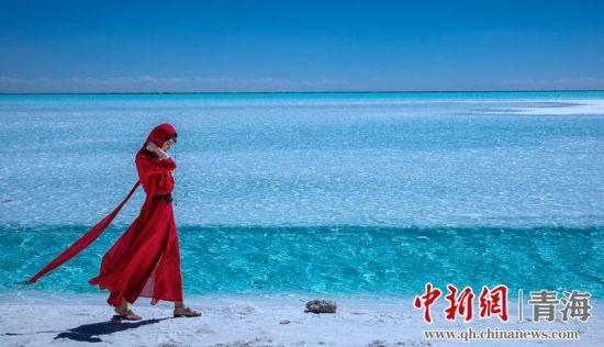 图为游客在东台吉乃尔湖边行走。莫启明摄