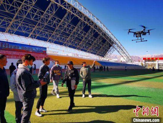 图为首次在海西州引入无人机操作技术。 杨出云 摄