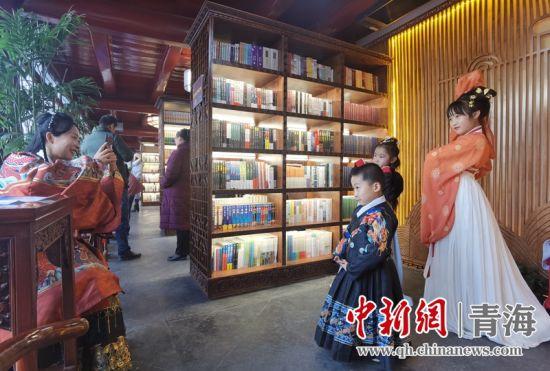 图为汉服爱好者家庭在书院内拍照。潘雨洁 摄