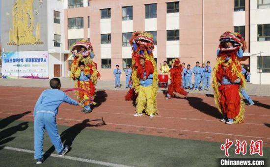 图为西宁市阳光小学学生参加舞狮社团。 马铭言 摄