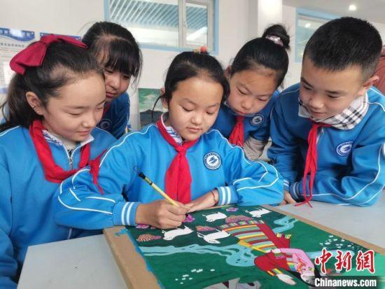 图为西宁市阳光小学学生创作农民画。 党明汉 摄