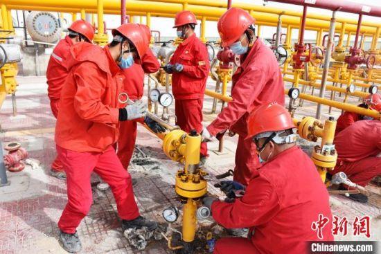 图为青海油田推动生产高效运行。青海油田供图