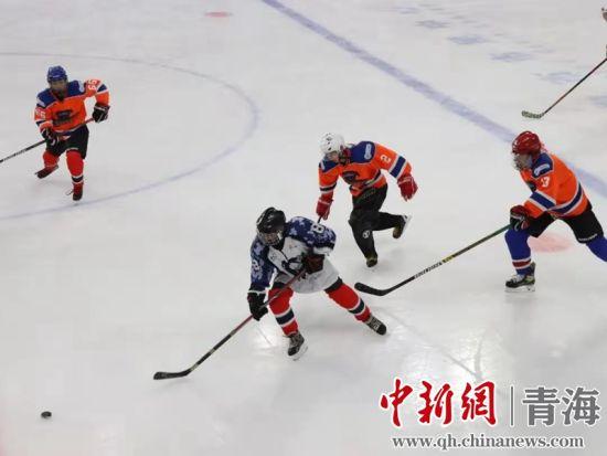 """图为2021年迎新年西宁""""鼎健""""杯冰球精英赛激情开赛。图由西宁市文化旅游广电局提供"""