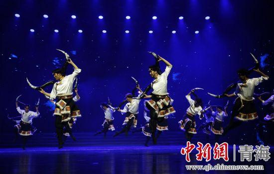 图为藏族舞蹈表演。马铭言 摄