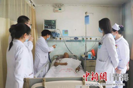 图为西宁市第一人民医院医生为患者诊疗。刘杰兴摄
