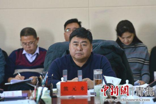 图为州委常委、玛沁县委书记熊元来主持会议。玛沁宣供图
