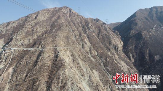 图为输电线路跨越积石峡。赵云龙摄