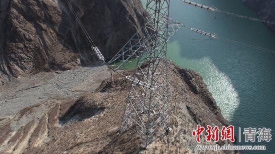 图为输电线路跨越积石峡水电站库区。赵云龙摄