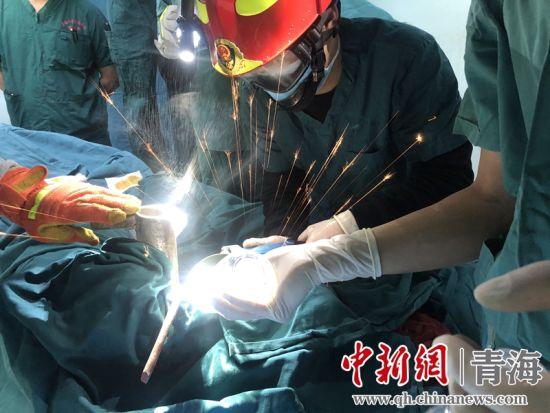 图为消防救援人员正在进行切割作业。 西宁消防救援支队供图