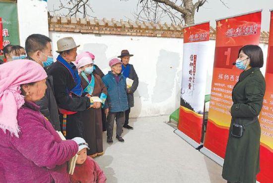 西路军纪念馆与西宁市福彩中心开展进乡村讲党史活动。摄影:贾泓