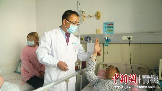 图为省内著名神经介入专家、主任医师马龙诊治患者。西宁市第一医疗集团总院供图