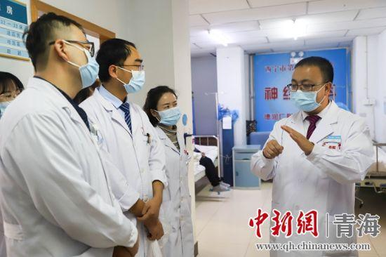 图为马龙带领医院神经介入团队讨论病情。西宁市第一医疗集团总院供图