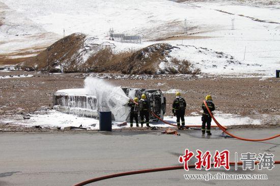 油罐车侧翻罐体泄漏 玉树消防紧急救援