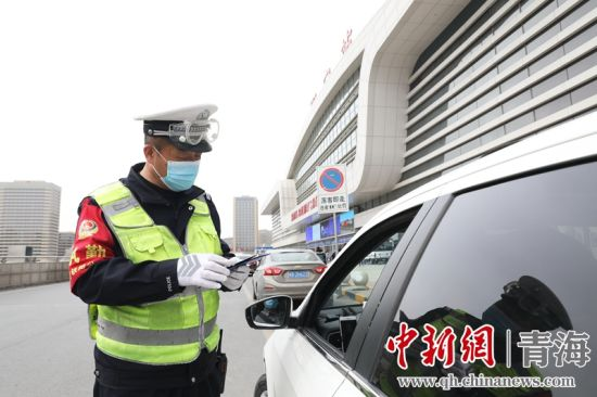 图为交警在西宁火车站落客平台严查进站车辆。 谢飞摄