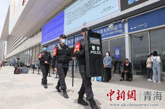 图为特警在西宁站区定点武装巡逻。 谢飞摄