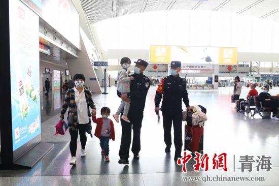图为民警帮扶旅客。 谢飞摄