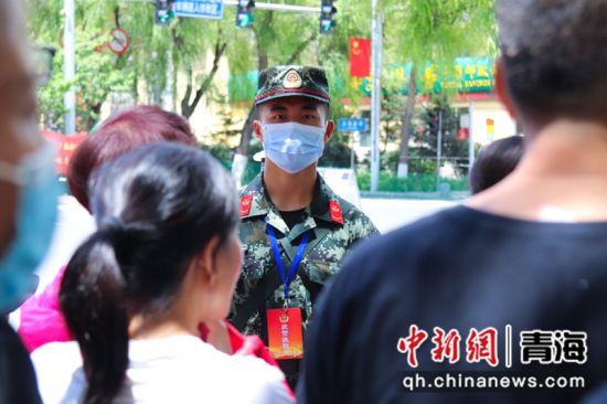 图为矗立在人群中的武警战士。刘进峰摄