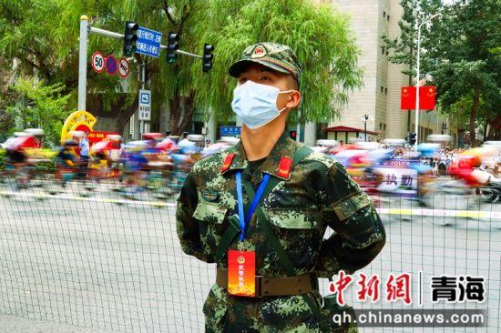 图为执勤中的武警战士。刘进峰摄