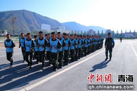 图为晋级军士带入考核场地。 刘进峰摄