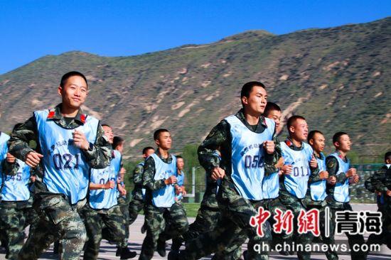 图为晋级军士真正进行3000米跑考核。 刘进峰摄