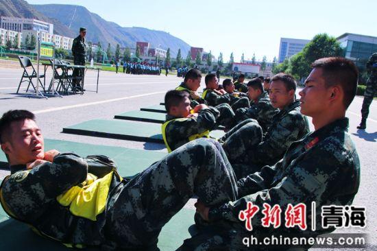 图为晋级军士正在进行仰卧起坐考核。 刘进峰摄