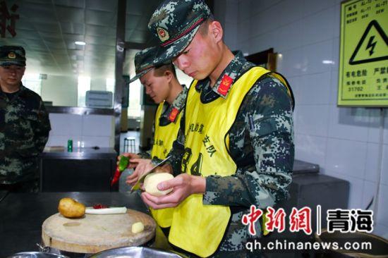 图为专业军士正在进行专业考核 刘进峰摄