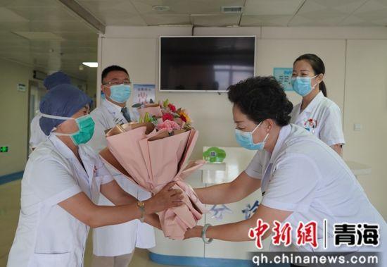 图为西宁市第一医疗集团总院领导班子慰问临床一线医务工作者。西宁市第一医疗集团总院供图