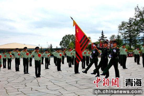 图为向武警部队旗告别。 于金剑摄