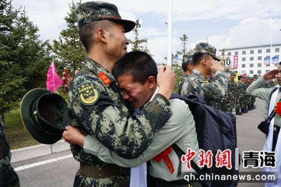 图为退伍老兵与战友告别。 辛国强摄