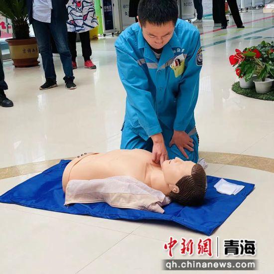 图为医生做演示。 青海省心脑血管病专科医院 供图