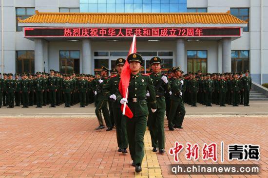 图为武警官兵准备升国旗。 马敏摄