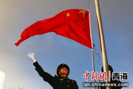 图为武警官兵升国旗。 马敏摄