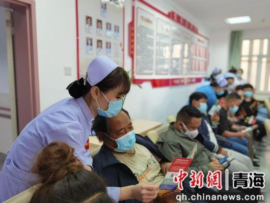 图为护士给患者家属讲解如何预防高血压。 青海省心脑血管病专科医院 供图