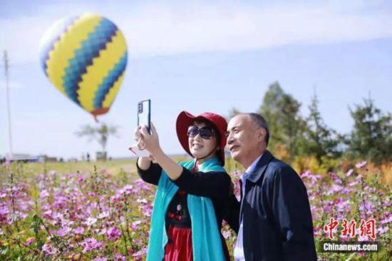 图为游客在青海湖景区拍照。马铭言 摄