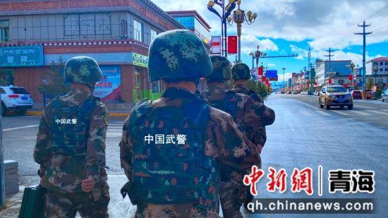 图为武警官兵正在执勤。 马敏摄