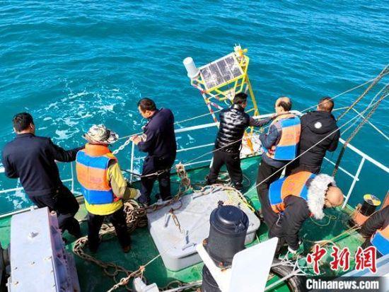 图为技术人员在回收浮标现场。 青海省气象局 供图