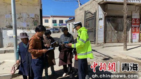 图为开展志愿服务活动。泽库县委宣传部供图