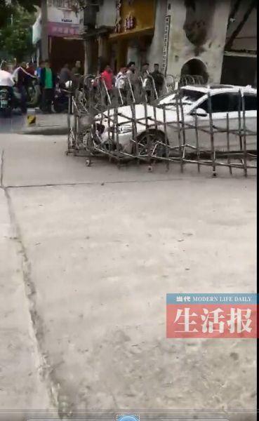 涉嫌套牌宝马撞坏铁闸门逃逸 广西南宁警方全城追查