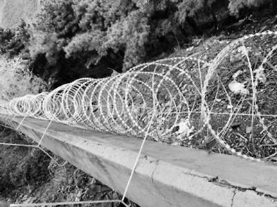 北京香山公园治黑车黑导 石墙加装铁丝滚网防翻越