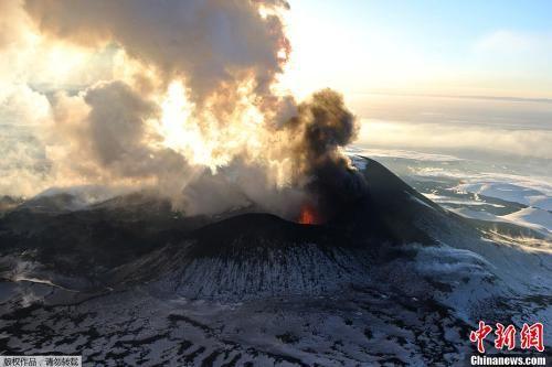 俄舍维留奇火山爆发 喷发灰柱高达海拔15000米