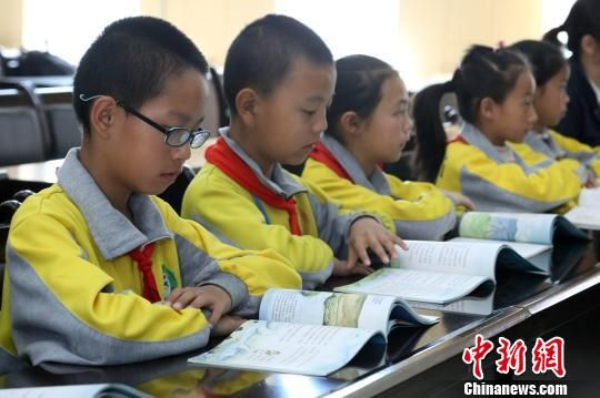 三江源地区首本乡土生态环境教育教材《家住三江源》发布