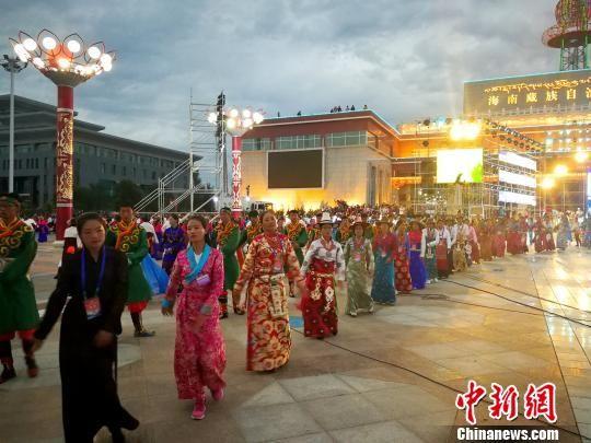 青海藏区千人集体跳锅庄 场面盛大