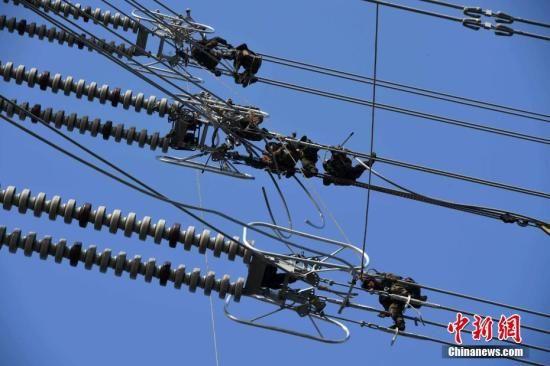 中国首套750千伏串补平台在青海海西成功安装
