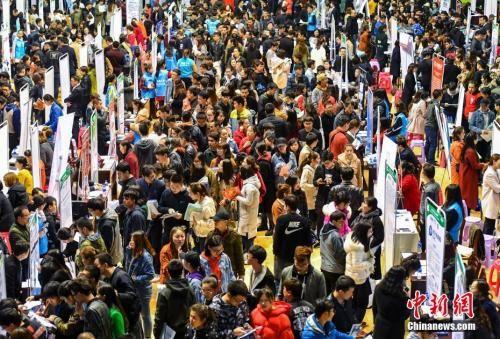 毕业季探就业:大学生想找啥工作、面临啥挑战?
