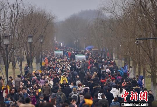 """春节假期百万游客涌入杭州西湖 """"人海游湖""""成新景观"""