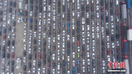海口三大港上万车辆等待渡海 待渡时间约为七个小时