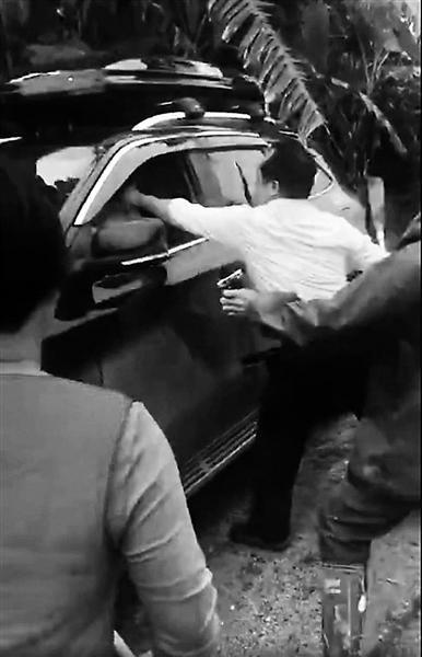 """游客在广西""""偷香蕉""""引冲突 当地警方已介入调查"""