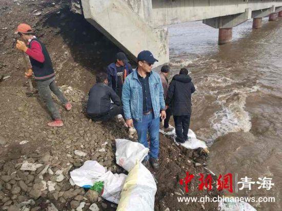 甘德县江千乡干群全力抢修受损桥梁