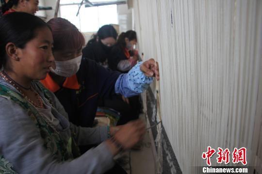 手工藏毯编织培训助青海玛多黄河源头牧民增收