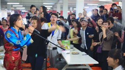 加上藏语本身的优美和近年来藏语歌曲的流行